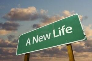 nuova-vita-green-road-sign-con-cielo-e-nubi-drammatiche